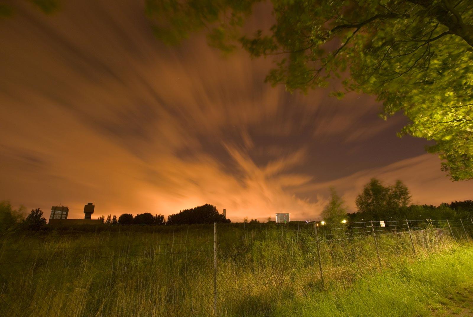 Nachtfoto sporen in Delft