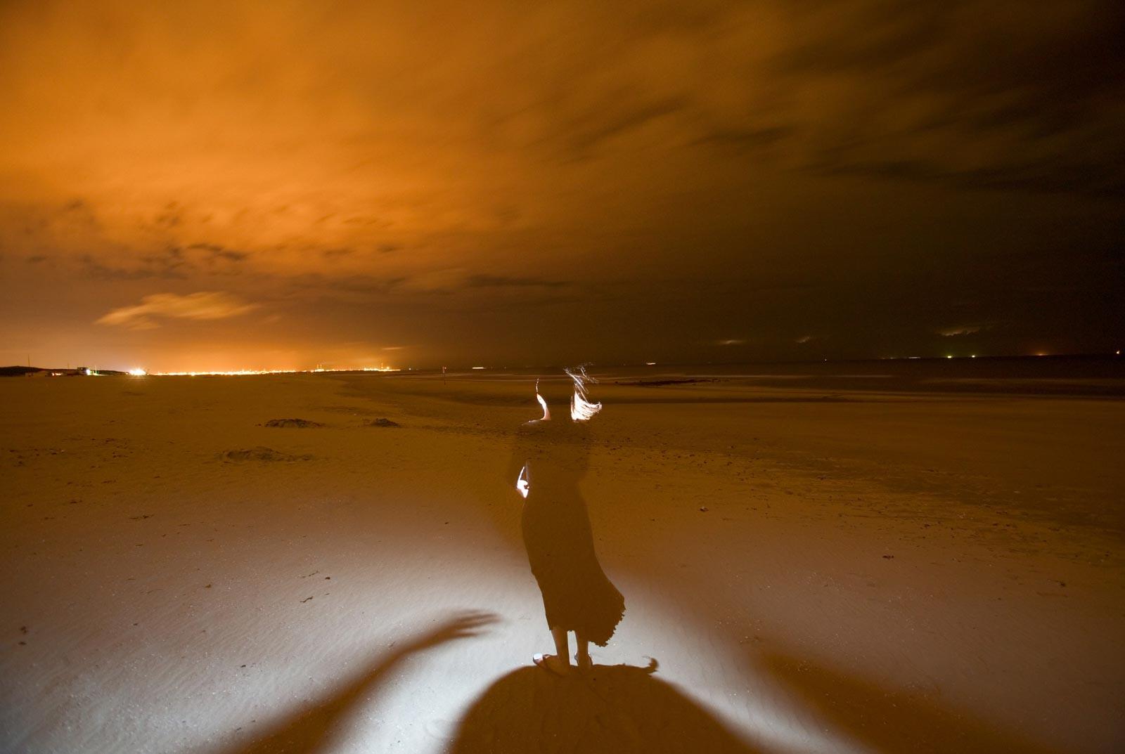 Nachtfoto sporen op het strand bij Hoek van Holland
