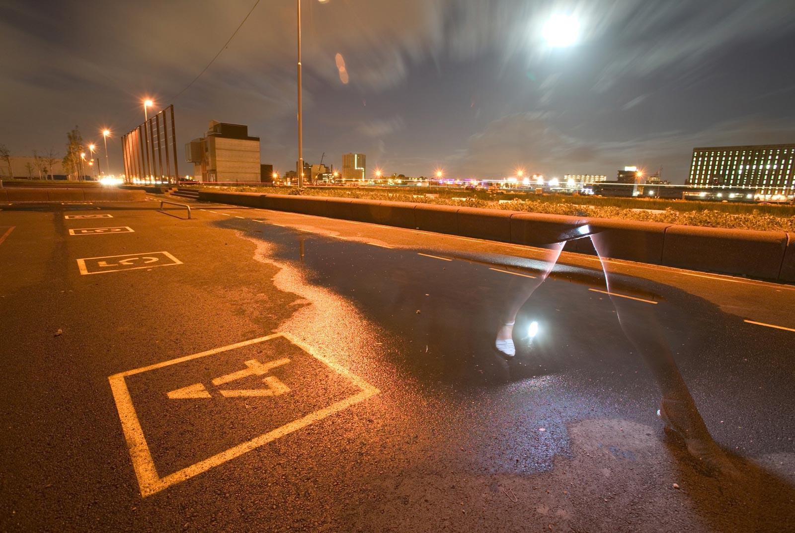 Nachtfoto sporen twee benen in Katendrecht